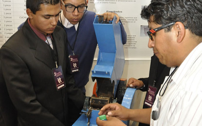 Estudiantes crean molino para reciclaje de taparroscas